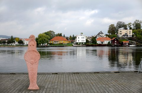 KUNST VED ELVA: Foran kafeen Jonas P. Gundersen står flere skulpturer signert Skien-kunstneren Marit Benthe Norheim.