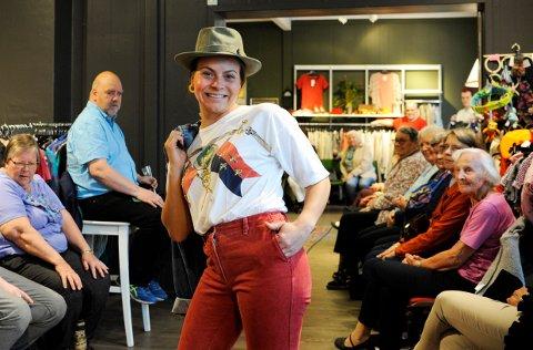 Politistudent Linnea Bostad på catwalken i årets sommermote fra Fretex.