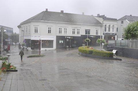 Storm: Lørdag ettermiddag skulle det være programlansering for Bølgen på Torget. Der ville de regnet bort, og tok derfor heller tilbudet om å holde arrangementet inne på Amfi.