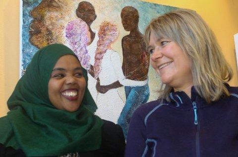 PÅ BØLGELENGDE: Hana fra Eritrea og Elin Østeberg fra Våler har funnet tonen.  – Flere bør bli flyktningevenn, sier Østeberg.