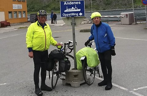 SPREK FERIE: John Willy Andersen (75) og Dagfinn Bolstad (81) har lagt ut på ny langtur. Her venter de på ferga til Andenes, etter å ha syklet 11 mil over Senja. (Foto: Privat)