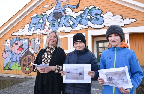 BARNESTREKER: Andreas Kant og Håkon Syringen viser fram tegningen som Edvard Munch laget da han var 11 år, og som ga inspirasjon til det nye veggmaleriet.