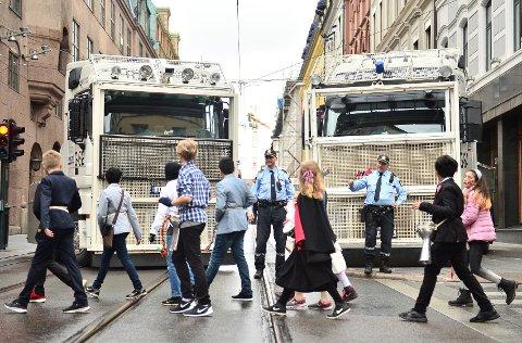 BEVÆPNET: Det er satt opp ekstra sikkerhetstiltak rundt barnetoget i Oslo sentrum 17. mai.