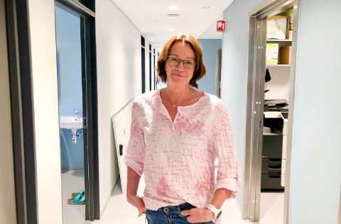 KOM TIL OSS: Solrun Flatås Risnes er enhetsleder på helsestasjonen. Hun ønsker all ungdom velkommen.