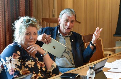 NESTLEDER: Arnfinn Uthus var ikke like fornøyd med mottoet som Skjærvik. Her med Kersti Grindalen (Frp).