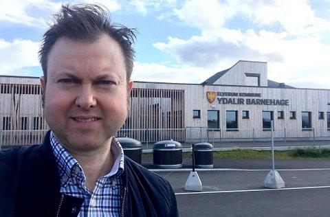 FORNØYD: Yngve Sætre (H) er fornøyd med at det ligger an til å bli 20 nye parkeringsplasser for levering og henting i nærheten av Ydalir barnehage.