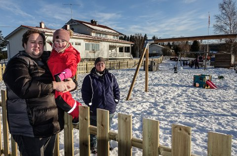 PÅ HUSJAKT: – Vi har et flott anlegg her i Tøråsen, men trenger større lokaler, sier styreleder Ola Nystoen, her med datteren Lilly på armen.  Barnehagens daglige leder, Kristin Ensrud, er spent på hva det ender med.