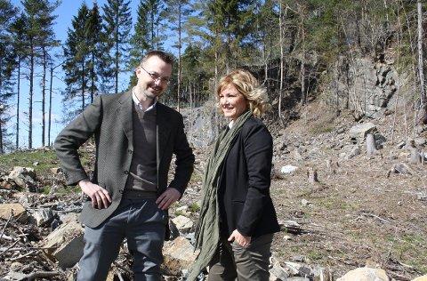 Markedssjef Lars Christensen og prosjektmegler Tone Lillefjære viser fram boligfeltet på Løvsjøtoppen der det nå lanseres 24 nye boliger i firemannsboliger. De nye boligbyggelagsleilighetene vil bli liggende i samme boligfelt der det skal oppføres 20 private eneboliger.