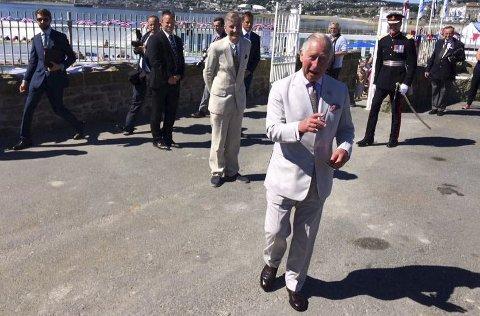 Prins Charles på vei over for å ta en prat med PD-journalist Geir Fragell og andre.