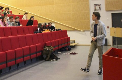 Her er Mossing Knudsen på årsmøtet på PVS. Unge Høyre-lederen sier utmelding ikke er politisk motivert.