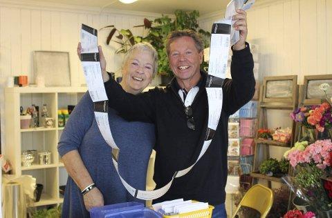 Karin Sjøstrøm og Geir Aurstad ser at billettene til Breviksrevyen selges i vei.