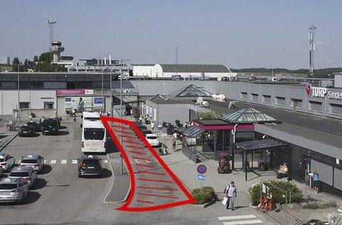 Dette rødmarkerte «Kiss & Fly»-feltet på Torp flyplass blir stengt fra mandag av, og vil forsvinne for godt.