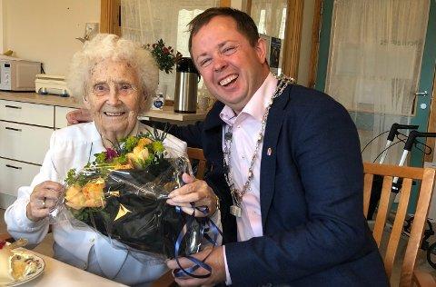 Ordfører Robin Kåss gratulerte Elisabeth Lie-Hagen med 100 års dagen i dag og hadde med blomster til formiddagsselskapet på Brevik sykehjem. Ordføreren formidlet også en hilsen og gratulasjon fra statsminister Erna Solberg som hilste på Elisabeth ved sykehjemsbesøket i Brevik tidligere i vår.