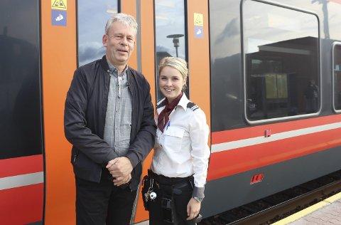 FORNØYDE: Driftssjef Jan-Erik Karlberg og konduktør Susanne Ydse.