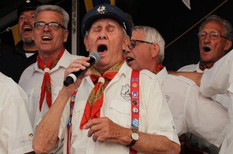 Kåre Humlegård er 92 år og synger shanty i Langesund Mandssangforening med stor innlevelse. Han er med på å spre arbeidersanger fra sjøen ut til det internasjonale sangmiljøet og publikum i hele Europa.