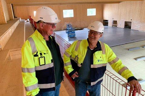 INSPISERER: Prosjektleder Rolf Dehli og Høgne Skøld ved rekkverket som nå er skiftet ut og fått sitt endelige utseende.