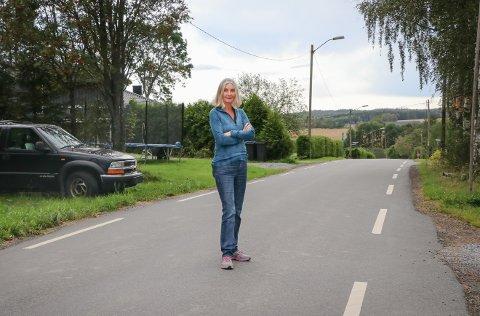 BEKYMRET: På denne bakketoppen i Kirkeveien bor Ellen Marie Thiis Bjørge (83). Hun forteller om flere skremmende opplevelser på veien.