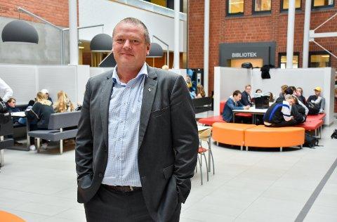 TRUSLER: Rektor på Mysen videregående skole, Brynjard Rønningen, sier de jobber med å trygge både elever og ansatte.