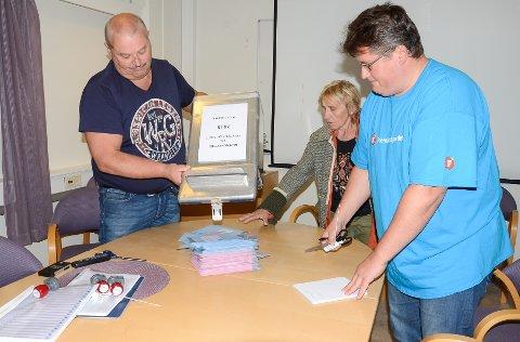 Illustrasjonsfotoet viser Kåre Nilssen, Inga Kvalbukt og Bjørn-Terje Nilssen i stemmestyret som er klare til å telle stemmene fra Bjerka. Illustrasjonsfoto: Arne Forbord