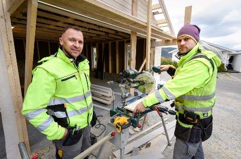 STADIG FLERE: Donatas Pecetauskas (t.v.) er styreleder og Darius Verenius er daglig leder i D&D Bygg AS. De kom til Rana da det var ganske få litauere i kommunen, men det store behovet for arbeidskraft i bygg- og anleggsbransjen har gjort at andelen litauere har økt jevnt og trutt fra 52 i 2010 til 208 nå. Foto: Øyvind Bratt