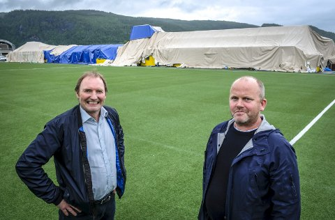 TIL BEHANDLING: Per Harry Steiro (t.v.) og Gøran Zakariassen regner med det vil bli gjort arbeid på tomta på Sagbakken i høst, både for å sikre det som skal gjenbrukes og som en start på byggingen av ny en fotballhall til våren.