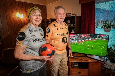 Karla (80) og Johan Jørgen Iversen (84)  var ikke nevneverdig opptatt av fotball før barnebarna Jens Petter og Runar Hauge begynte å komme på besøk på Aspmoen i Korgen. Men nå er de mer interessert enn de fleste på deres alder. Foto: Øyvind Bratt
