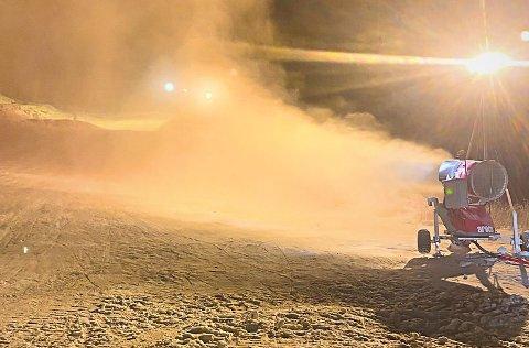 Det kalde været gir flotte forhold for kunstsnøproduksjon på Skillevollen. Men sesongåpningen lar vente på seg noen dager. Foto: Kurt Vonheim