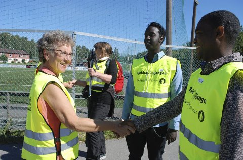 Hilser: Bente Andersson fra Brumunddal hilser på Jamal og Million, før de skal ut på sin første tur langs Brumunda.