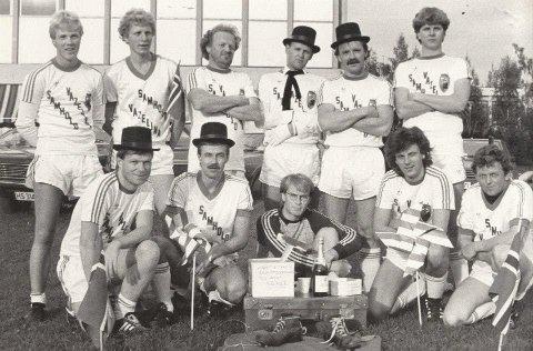 SELVMÅL: Journalist Jan Rune Bakkelund til venstre i første rekke på et lag som på slutten av 1980-tallet spilte fotball med glimt i øyet.