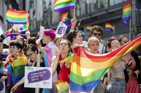 Pride: Fram til 1972 var mannlig homofili straffbart. Først i år 2000 ble homofili fjernet som psykiatrisk diagnose. Nå samles vi, homser, lesber, transpersoner og hetero'er og går sammen i Pride. Foto: Audun Braastad / NTB scanpix
