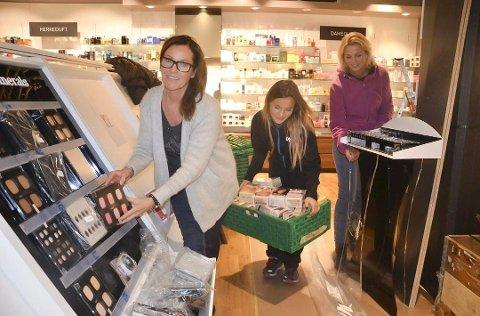 FLYTTER: Skin Tonic flytter ut av lokalene i gågata i løpet av juni. Avbildet er Gun Høisveen, Sigrid Høisveen og Anita Lillevik fra da de flyttet ut fra Mølla for tre år siden.