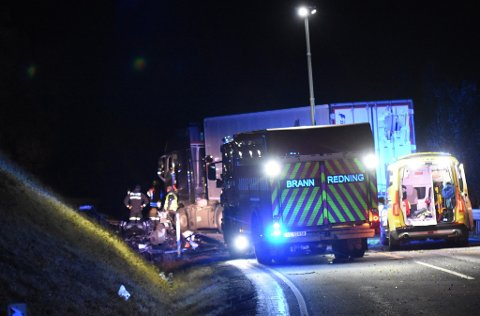 ALVORLIG ULYKKE: Natt til lørdag kolliderte en personbil og en trailer på riksveg 3.