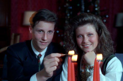 Daværende prins Haakon Magnus og prinsesse Märtha Louise tenner adventslys på Skaugum i 1990. Men hva tennes de for, ifølge Inger Hagerup?