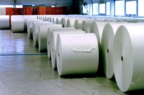 Norske Skog har jobbet med å selge papirfabrikker. Nå kan hele konsernet bli solgt til en gruppering hvor Jens Ulltveit-Moe inngår. Disse papirrullene var i sin tid å se i papirfabrikken på Follum.