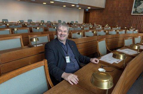 STORT ENGASJEMENT: Han tilbrakte mange timer i kommunestyresalen, tidligere ordfører Kjell B. Hansen. I 12 år var han ordfører i Ringerike.