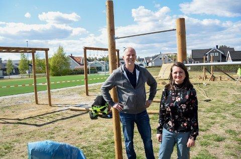 FOR STORE OG SMÅ: I denne aktivitetsparken kan både store og små finne utfordringer. Bjørn Erik Engesvik og Julie Nitsche Kvalvik gleder seg til å ta den i bruk.