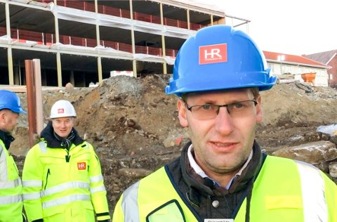 FULL FART: – Jeg synes jo det er veldig moro å ha bygd opp dette. Det viser at det er mulig å få til mye fra Hønefoss, sier Helge Rustand, styreleder i HR Prosjekt.