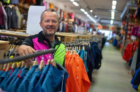 UTVIDER: Butikksjef i Hønefoss, Kjetil Petersen, gleder seg til å få bedre plass til varer og kunder. Øker arealet fra 1.000 til 1.450 kvadratmeter.