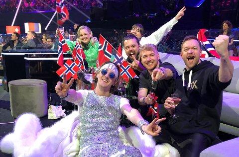 GOD STEMNING: Bjørnar (til høyre) sammen med resten av gjengen fra Norge under finalen i Rotterdam lørdag.