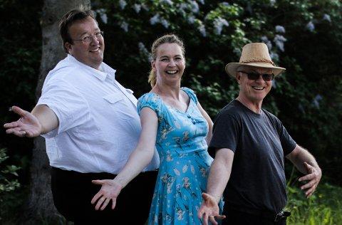 GLEDESSPREDERE: Trioen Jan Kristian Hverven (43), Cecilie Schilling (46) og Bjørn Luksengård (64) synger og spiller på omsorgsboliger. Foto: Minda Solli Persvold