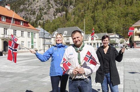 17.  i sentrum: Vivian Mathisen, Erik Wang og Åshild Langeland vil ha liv i byen 17. mai. – Alle er velkommen i folketoget, oppfordrer de.