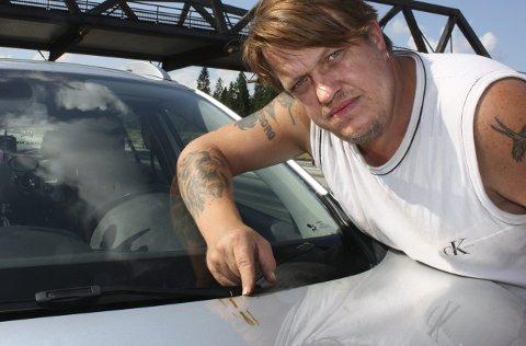 Tjære 2: I fjor sommer fikk Kim André Wilson fra Bærum bilen tilgriset etter å ha kjørt E6 ved Andelva.  Foto: Per Stokkebryn