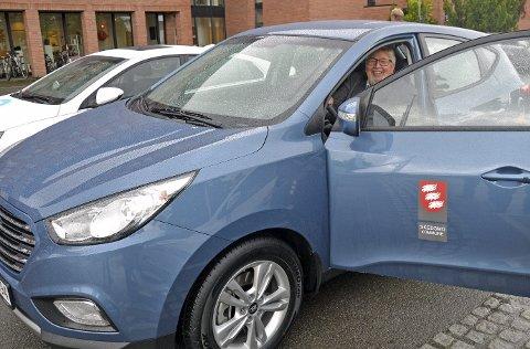 NY BIL: Ordfører Ole Jacob Flæten fikk teste den nye hydrogenbilen. Foto: Kunnskapsbyen