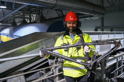 SYKKELRAMME: Prosjektleder Hans Martin Haugen i ROAF konstaterer at folk kaster mye i restavfallet som kan skade anlegget. Foto: Maria Senhaji Andersen