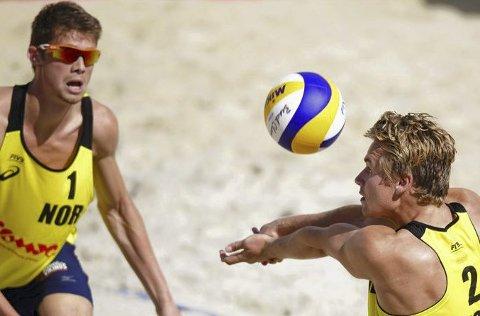 Fortsetter å imponere: Christian Sandlie Sørum (t.h.) og makker Anders Mol er på vei mot den desiderte verdenstoppen i sandvolleyball. Foto: FIBV
