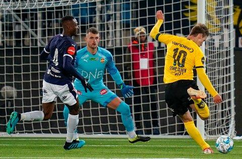 UTLIKNET: Thomas Lehne Olsen t.h. setter ballen bak hjemmelagets keeper Martin Hansen til 1-1  mellom Strømsgodset og LSK.