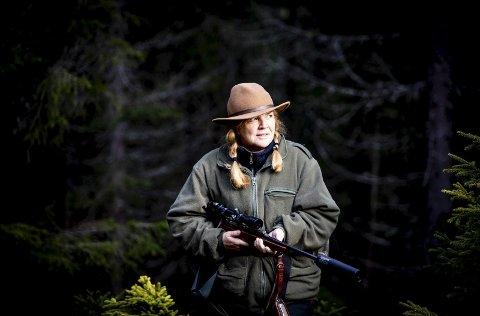 Jorunn Mathiesen (58) er gift med Romerikes største skogeier, Haaken Eric. Hun har lært seg å bruke skogen – både i jobb, til rekreasjon, gå tur med hundene og til jakt.Alle foto: Tom Gustavsen