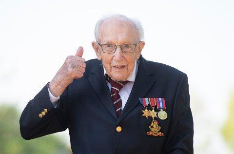 I løpet av noen uker har Tom Moore (99) klart å samle inn 350 millioner kroner, toppe de britiske hitlistene og å få en plass i Guinness rekordbok for innsamlingsaksjonen sin. Foto: Joe Giddens / PA / AP / NTB scanpix