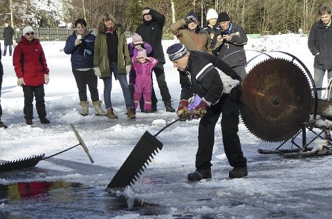 ISSKJÆRING: Karl Ramton demonstrerer manuell isskjæring på Isdagen på Ramton for to år siden. Foto: Innsendt