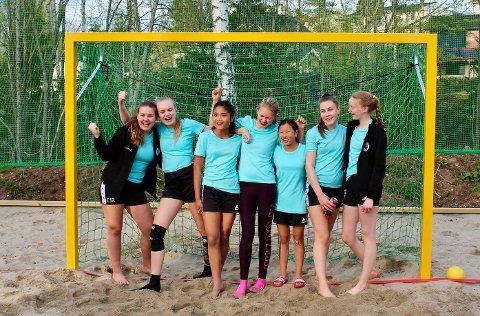 Jentene i Sætre IF Graabein er fornøyd med den nye beachhåndballbanen.